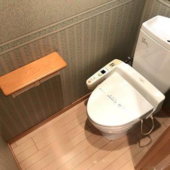 おトイレのクロス、品があります。上には収納棚付きです。