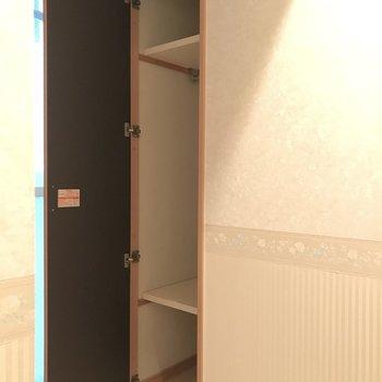 玄関前に棚があります。収納棚を置いて、シューズボックスにしても良しです。