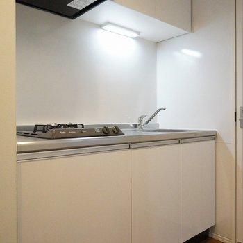 収納力のあるキッチン。※写真は103号室のもの