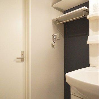 こういう棚って助かります。※写真は103号室のもの
