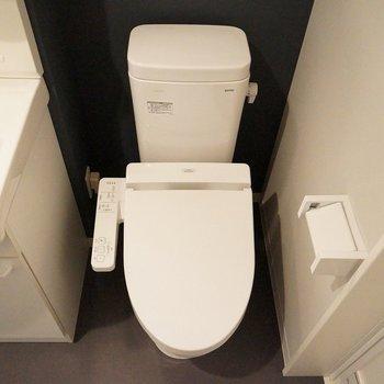 隣のおトイレにはウォシュレット。※写真は103号室のもの