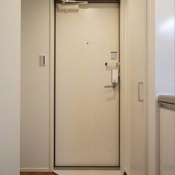 玄関スペースにあるシューズBOXは、、、。※写真は103号室のもの