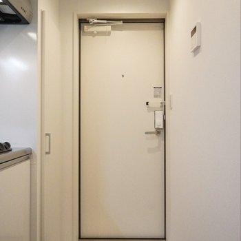 シューズBOX付きの玄関。※写真は102号室のもの
