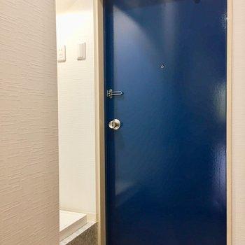青色の玄関。
