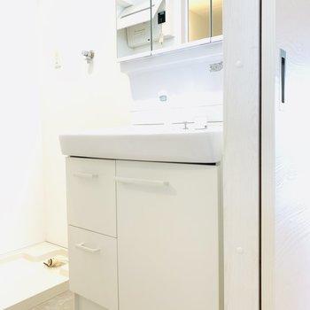 真っ白な独立洗面台
