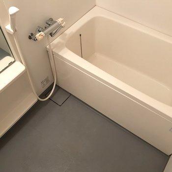 浴室はシンプルです。 ※写真は1階反転間取り別部屋のものです