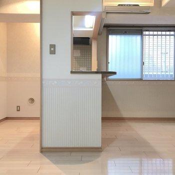 LDKを横からみると、こんな感じです。キッチンは筒抜け式です。 ※写真は1階反転間取り別部屋のものです