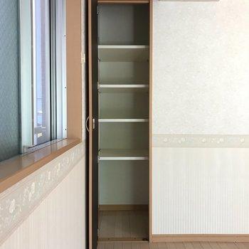 角にすっぽりと、ちいさな縦長収納も。 ※写真は1階反転間取り別部屋のものです
