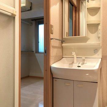 LDKに入ってすぐは、独立洗面台です。 ※写真は1階反転間取り別部屋のものです