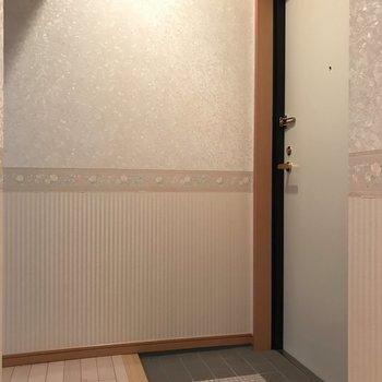 玄関のクロスもやっぱりかわいい。 ※写真は1階反転間取り別部屋のものです