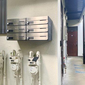 きれいなメールボックスと共用廊下。