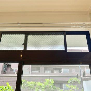 上部の窓は網戸付きで、1階でも気兼ねなく換気できるのがいいですね〜。