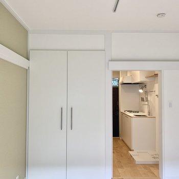 大きてきれいな白い扉を開けてみましょう。