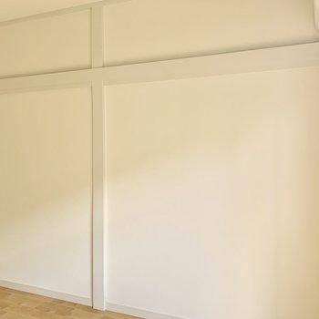 反対側の白壁の長押にもハンガーやフックを使って自由にアレンジできます◎