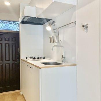 TOMOSオリジナルのかわいらしい白のキッチン。