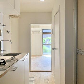 キッチンのある廊下を通ってお部屋へと。