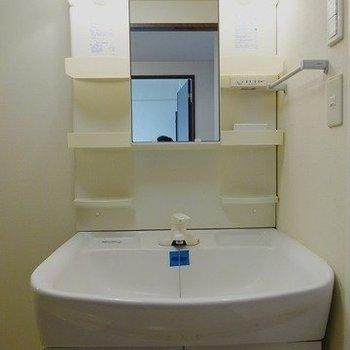 独立洗面台(※写真は8階の同間取り別部屋のものです)