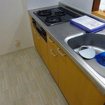 カウンターキッチン、ガス三口(※写真は8階の同間取り別部屋のものです)