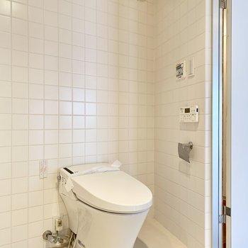 扉前に温水洗浄付きのトイレ。