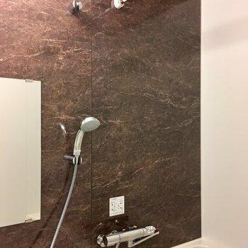 浴室乾燥機付きは嬉しい機能。※写真は9階の反転間取り別部屋のものです