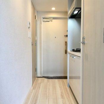 廊下出て右側にトイレです。※写真は9階の反転間取り別部屋のものです