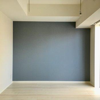 ブルーのアクセントクロスがステキ。※写真は9階の反転間取り別部屋のものです