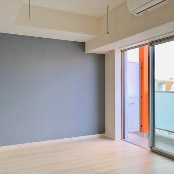 こっちの壁にベッドかな※写真は9階の反転間取り別部屋のものです