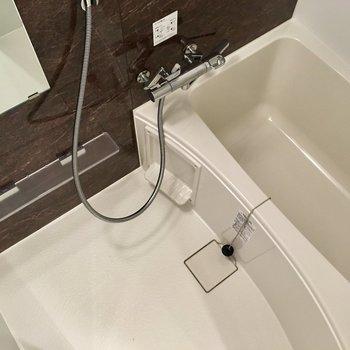 浴槽も広く、ゆっくり温もれます。※写真は9階の反転間取り別部屋のものです
