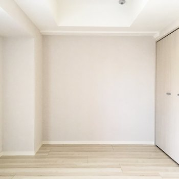 左角にはテレビが置けます。※写真は9階の反転間取り別部屋のものです