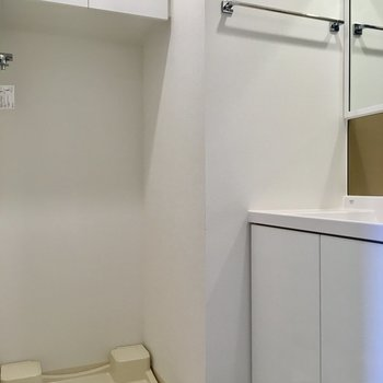 洗濯機置場の上には収納。洗剤などはここに仕舞えますね。※写真は9階の反転間取り別部屋のものです