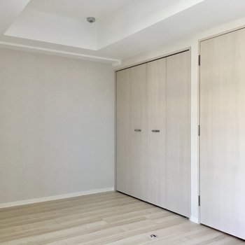 クローゼットは折れ戸です。※写真は9階の反転間取り別部屋のものです