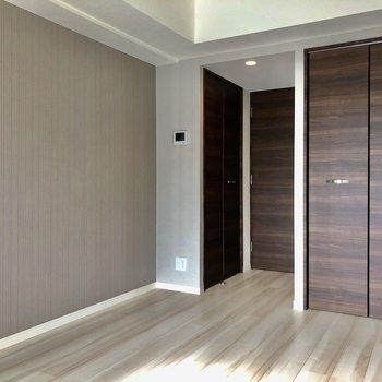 グレーのアクセントクロスがお部屋に落ち着きを与えますね※写真は5階の同間取り別部屋のものです