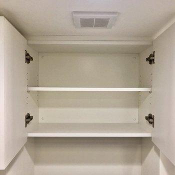 トイレ上の収納にはトイレットペーパーなどの予備を入れておくといいですね※写真は5階の同間取り別部屋のものです