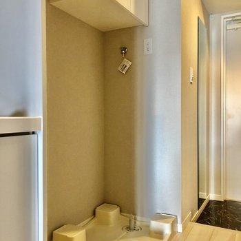洗濯機置きは玄関とキッチンの間にあります※写真は5階の同間取り別部屋のものです