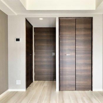 扉に統一感がありますね※写真は5階の同間取り別部屋のものです