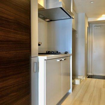 キッチンはシンプルに白色※写真は5階の同間取り別部屋のものです