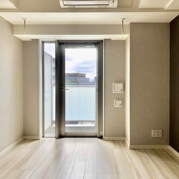 外に出るのは押引きタイプの扉です※写真は5階の同間取り別部屋のものです