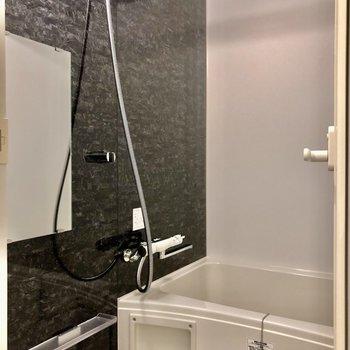 お風呂はアクセントクロスが高級感をだしていますね※写真は5階の同間取り別部屋のものです