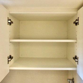 洗濯機置き場上の収納には洗剤などを入れておけますね※写真は5階の同間取り別部屋のものです