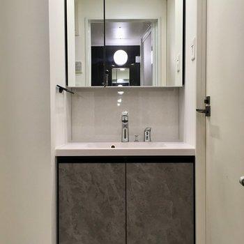 隣に洗面台。こちらもグレーでキッチンとおそろいだ〜※写真は11階の同間取り別部屋のものです
