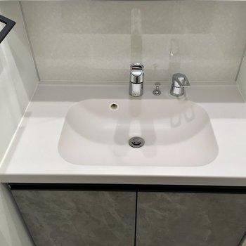 白いシンク。温水も出ますよ。※写真は11階の同間取り別部屋のものです