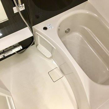 お風呂は広くてゆったり。※写真は11階の同間取り別部屋のものです