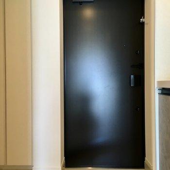 玄関周りは広々しています。※写真は11階の同間取り別部屋のものです