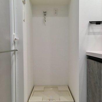 サニタリーへ。洗濯機置場の上には洗剤が置けますね。※写真は11階の同間取り別部屋のものです