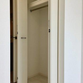 ロングコートも収納できます。※写真は11階の同間取り別部屋のものです