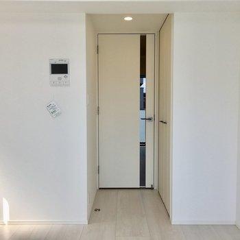 窓側から見ると。ドアの手前に収納があります。※写真は11階の同間取り別部屋のものです