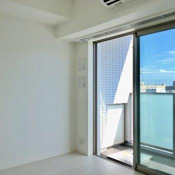 空ってこんなに青かったっけ。※写真は11階の同間取り別部屋のものです