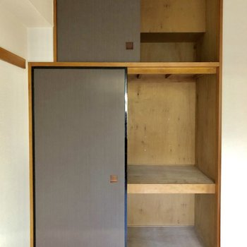 【洋室6帖】収納は扉が黒に。※写真はクリーニング前のものです