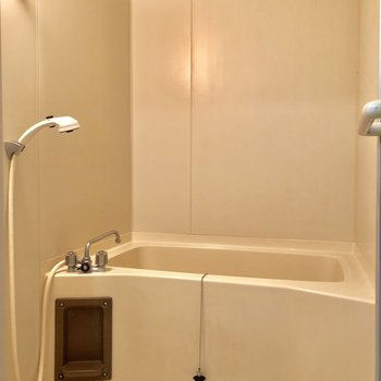 お風呂場は真っ白ですね