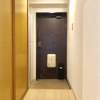 入口の扉もどっしりとした黒
